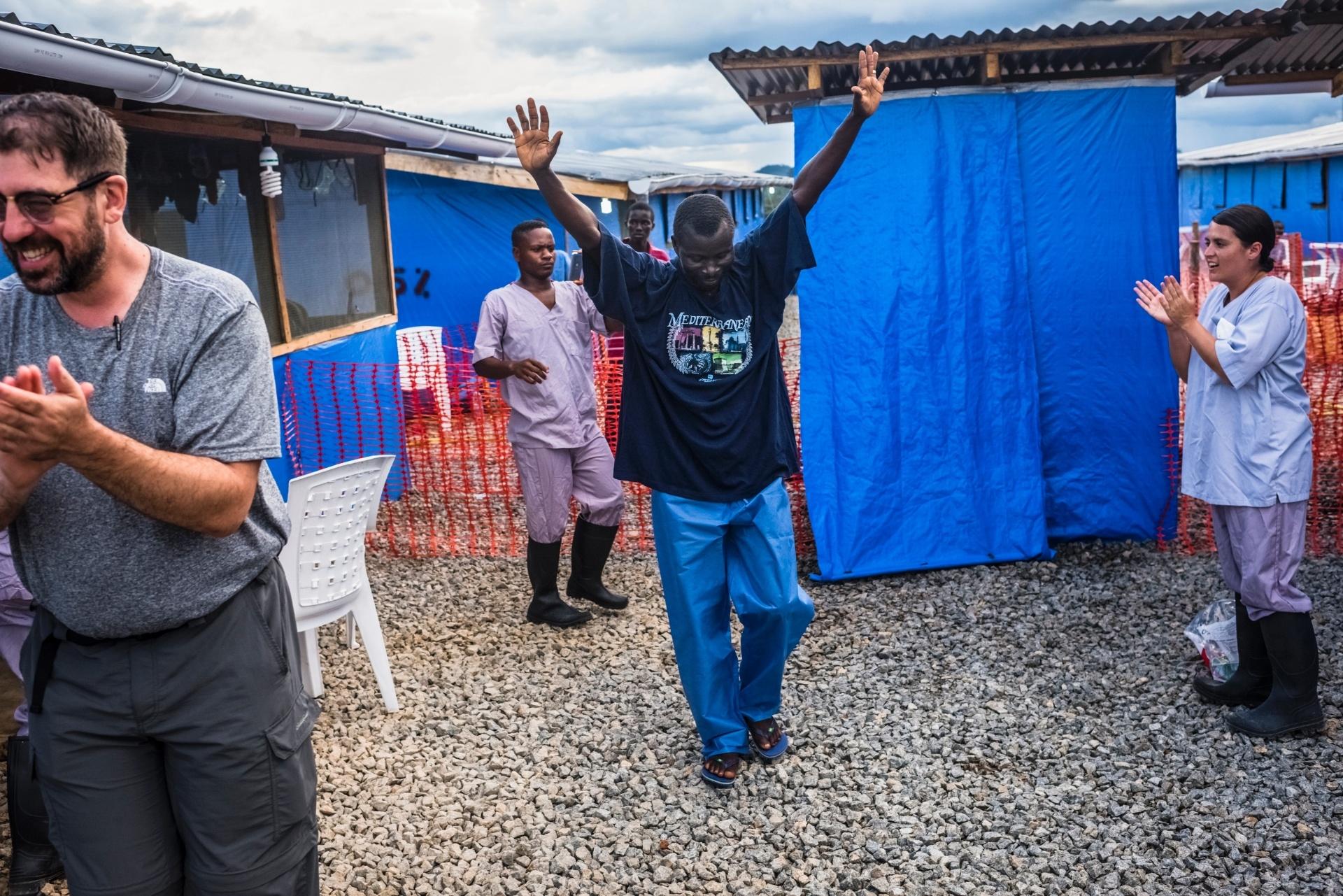 Dennis Khakie, que foi infectado pelo ebola, comemora sua saída do centro de saúde em Sgt. Kollie Tow, na Libéria, após ter sua cura confirmada em exame laboratorial