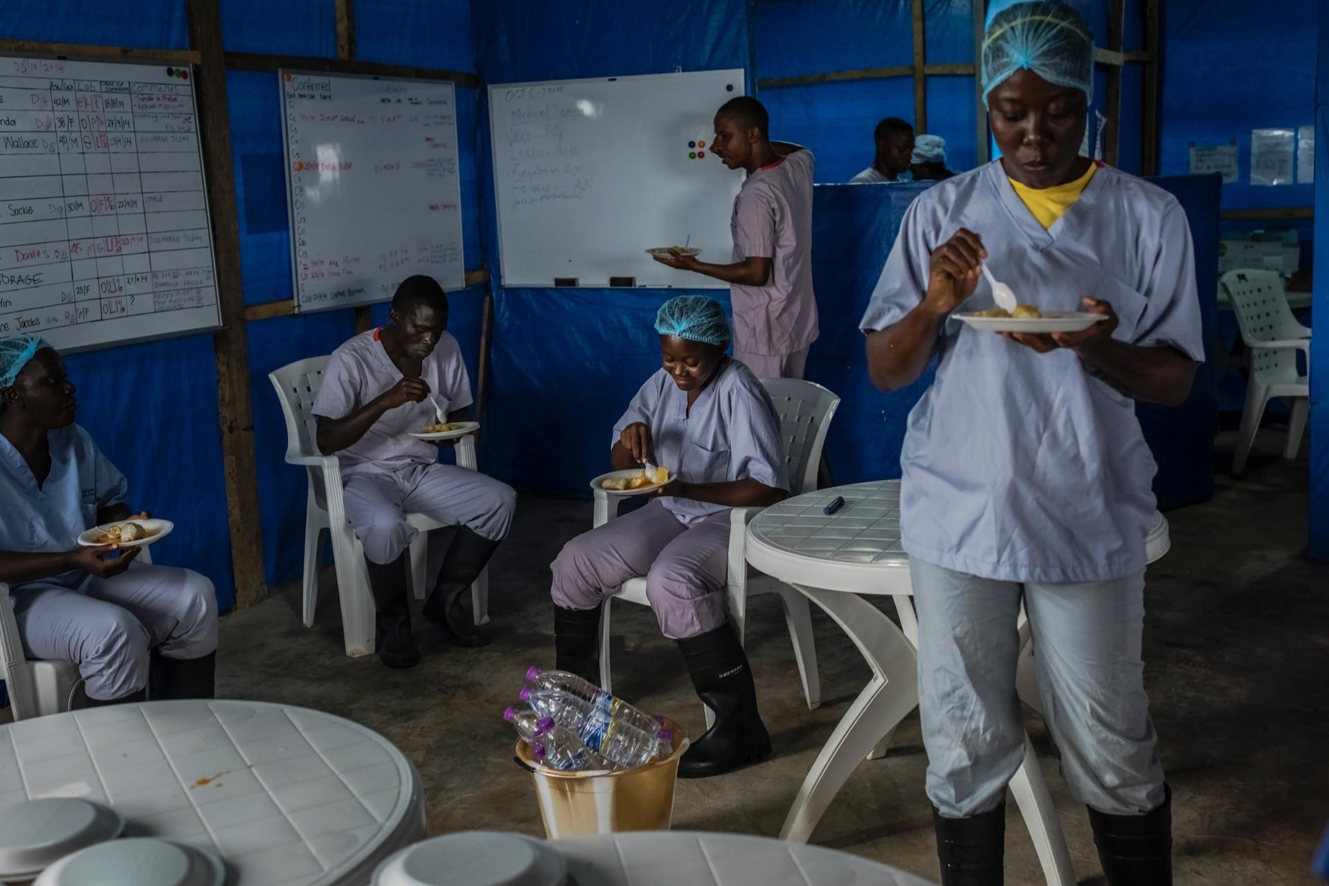 Equipe almoça na Unidade de Tratamento de Ebola no Condado de Bong em Sgt. Kollie Tow, na Libéria. A comida é preparada fora do local, em uma universidade que está fechada devido à epidemia de ebola e é usada pelos membros da unidade de saúde