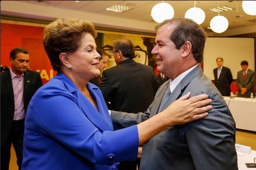 7.out.2014 - O governador do Acre e candidato à reeleição, Sebastião Viana (PT), participou de um encontro entre governadores e senadores da base aliada da presidente, e também candidata à reeleição, Dilma Rousseff (PT), em Brasília. Nas redes sociais, Viana disse que Dilma foi afetuosa e expôs propostas de futuro para o país