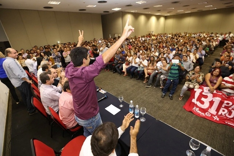 8.out.2014 - Hélder Barbalho, candidato do PMDB ao governo do Pará, participa de plenária com as lideranças da coligação 'Todos pelo Pará' na capital Belém