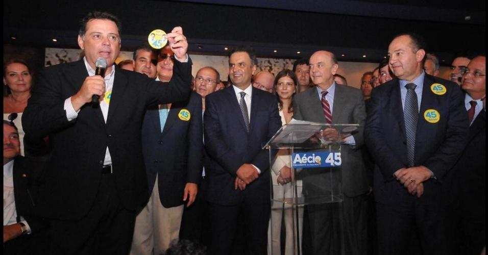 8.out.2014 - O atual governador de Goiás e candidato à reeleição, Marconi Perillo (PSDB), participou de ato político ao lado do candidato à Presidência da República pelo PSDB, Aécio Neves, no Memorial JK, em Brasília (DF)