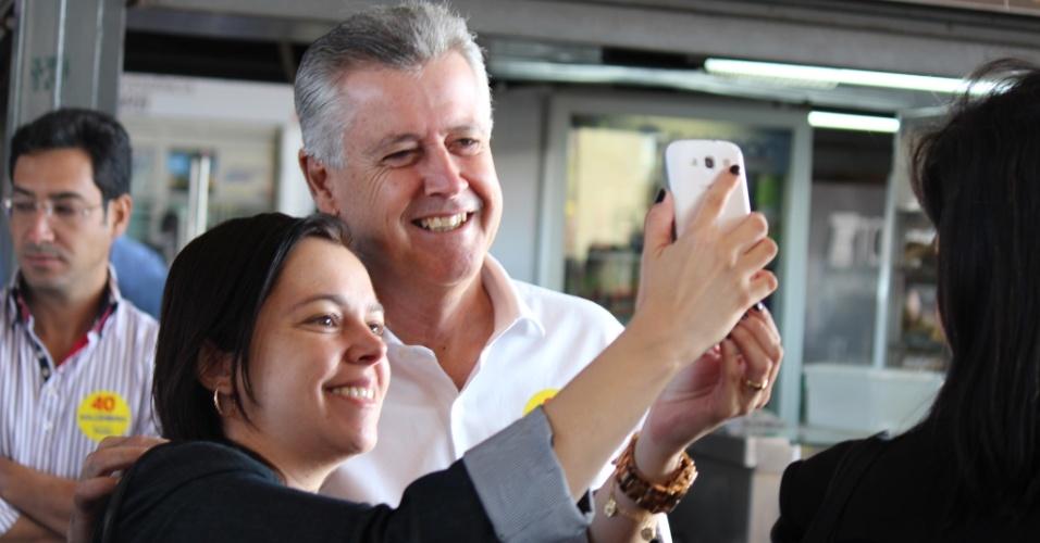 8.out.2014 - O candidato ao governo do Distrito Federal Rodrigo Rollemberg (PSB) tira selfie ao lado de eleitora durante caminhada na rodoviária do Plano Piloto, em Brasília, na tarde de quarta-feira