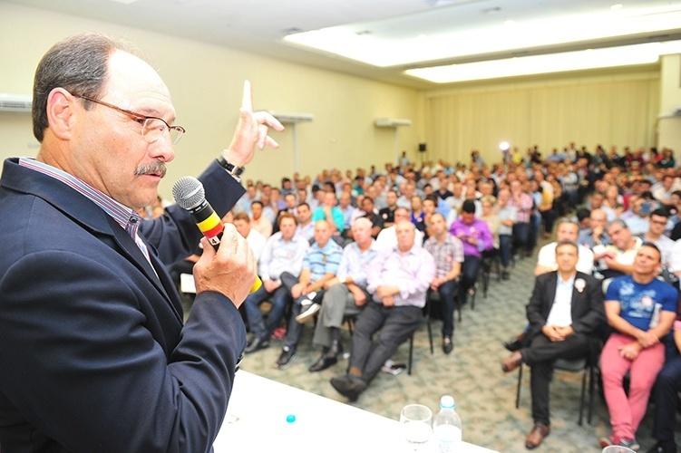 8.out.2014 - O candidato do PMDB ao governo do Rio Grande do Sul, José Ivo Sartori, participa de reunião com vereadores dois oito partidos da sua coligação, em São Leopoldo