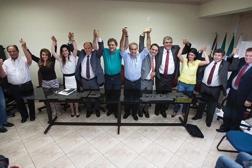 8.out.2014 - O candidato do PSDB ao governo do Mato Grosso do Sul, Reinaldo Azambuja (centro), seu reuniu com deputados estaduais eleitos que declararam apoio a sua candidatura. O ex-prefeito de Campo Grande, Nelsinho Trad, que também concorreu ao cargo de governador, declarou apoio a Azambuja