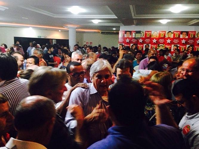 8.out.2014 - O candidato do PT ao governo do Mato Grosso do Sul, Delcídio do Amaral, se reuniu com lideranças dos movimentos sociais e integrantes da coligação no comitê central em Campo Grande
