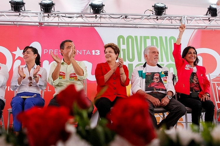 9.out.2014 - A presidente e candidata à reeleição, Dilma Rousseff (PT), participa ao lado do atual governador da Bahia, Jaques Wagner (à direita), e do governador eleito pelo PT, Rui Costa (à esquerda), de reunião com prefeitos, vice-prefeitos e vereadores da base aliada do governo em Salvador. Dilma voltou a atacar seus adversários dizendo que 'eles sempre usaram e abusaram da indústria da seca'