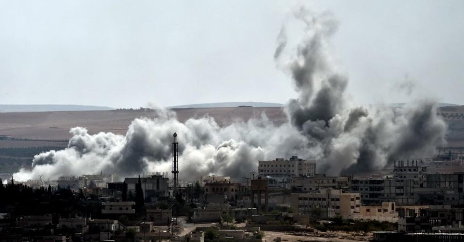 9.out.2014 - Fumaça toma conta do céu na parte sudoeste da cidade síria de Kobani, que fica próxima a fronteira entre a Síria e a Turquia, após ataques aéreos nesta quinta-feira (9). Os combatentes do grupo Estado Islâmico (EI) se apoderaram de mais de um terço da cidade fronteiriça, apesar de ataques aéreos liderados pelos Estados Unidos contra suas bases dentro e no entorno da área, majoritariamente curda, de acordo com grupo de monitoramento do conflito