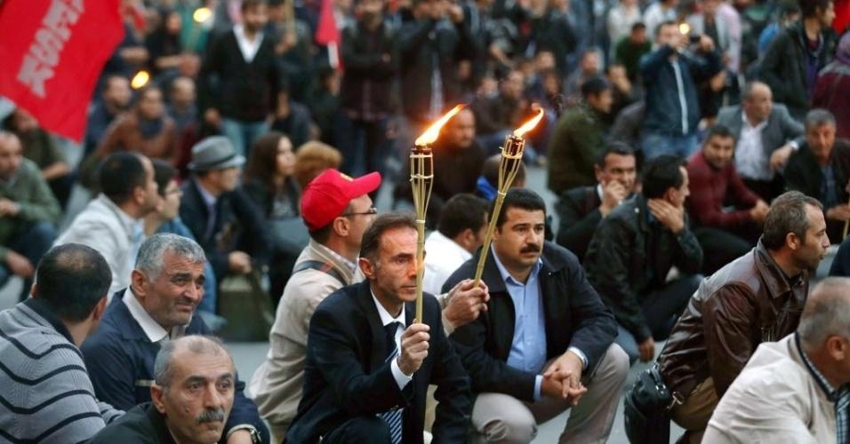 9.out.2014 - Manifestantes se organizam em protesto em Ancara, na Turquia, contra os ataques do Estado Islâmico (EI) e cobrando do governo maiores avanços para combater o grupo que tem como alvo a cidade síria de Kobani, que fica na fronteira entre a Síria e a Turquia, na quarta-feira (8). O governo turco descartou nesta quinta-feira (9) uma ofensiva terrestre. Após um encontro com o novo secretário-geral da Otan, Jens Stoltenberg, o ministro das Relações Exteriores turco, Mevlut Cavusoglu, declarou à imprensa que