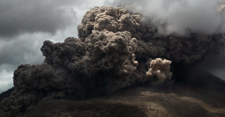 9.out.2014 - Nuvens cinzas sobem da cratera do vulcão no Monte Sinabung, nesta quarta-feira (8), na ilha de Sumatra, na Indonésia. De acordo com autoridades locais, centenas de moradores ainda estão alojados em centros de evacuação, para ficarem fora do limite da zona de perigo ao redor do vulcão. O vulcão entrou em erupção em agosto de 2010 pela primeira vez em 400 anos, e está ativo desde setembro. Ao menos 16 pessoas morreram em decorrência das erupções neste ano e mais de 25 mil foram evacuadas
