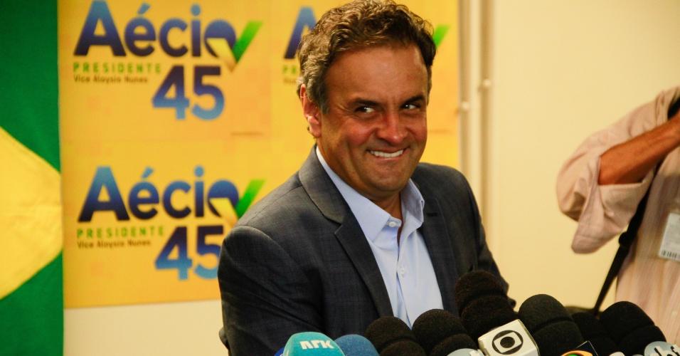 9.out.2014 - O candidato do PSDB à Presidência da República, Aécio Neves, concede entrevista coletiva em comitê de campanha no bairro do Leblon, na zona sul do Rio de Janeiro, nesta quinta-feira (9)