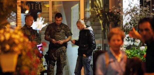 Policiais guardam a entrada de um hotel que está sob quarentena em Skopje, na Macedônia. Um dos hóspedes do estabelecimento era o britânico que morreu com sintomas de ebola - Ognen Teofilovski/Reuters
