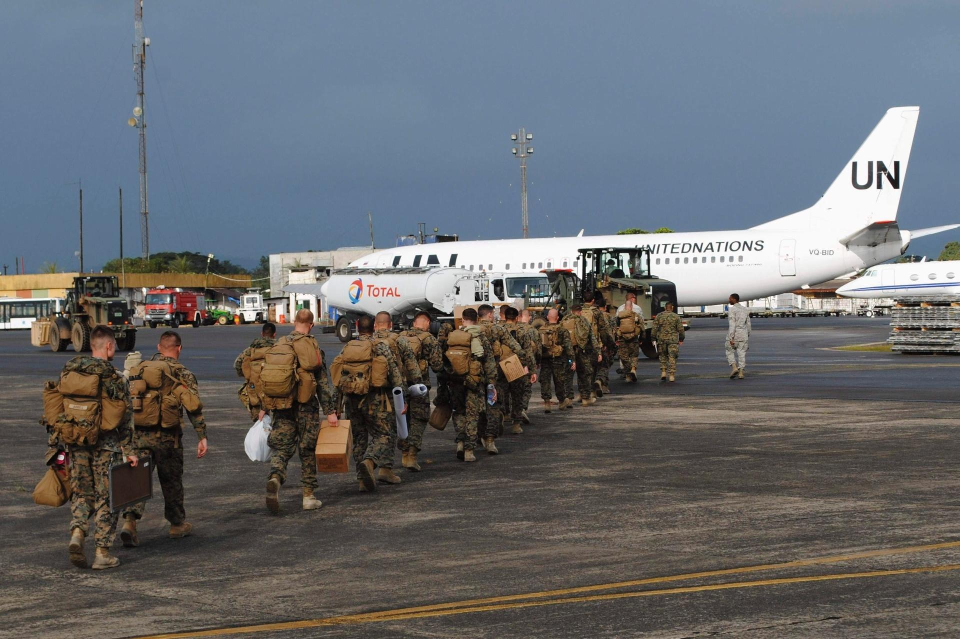 9.out.2014 - Soldados norte-americanos desembarcaram no aeroporto internacional Roberts, nos arredores de Monróvia, na Libéria. Os Estados Unidos enviaram 3 mil militares, incluindo engenheiros e equipes médicas, para o oeste da África em um novo esforço de ajuda na tentativa de conter a transmissão do vírus ebola na região
