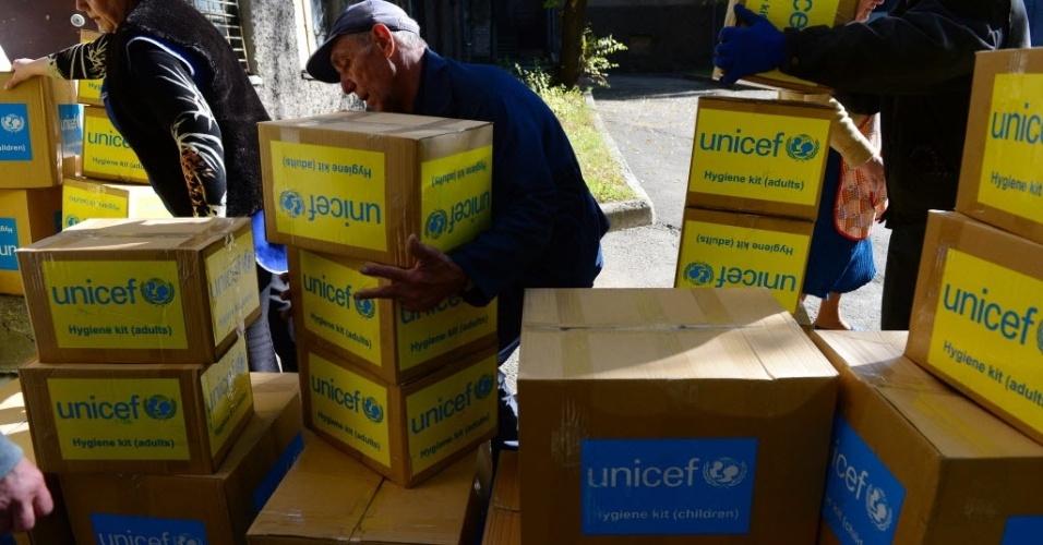 9.out.2014 - Trabalhadores descarregam caixas de ajuda do Fundo das Nações Unidas para a Infância (UNICEF) de um caminhão em Donetsk, na Ucrãnia, nesta quinta-feira (9). Os pacotes estão sendo armazenados em um depósito temporário antes de serem distribuídos aos moradores locais que estão sofrendo com confrontos entre tropas ucranianas e as milícias separatistas pró-russas