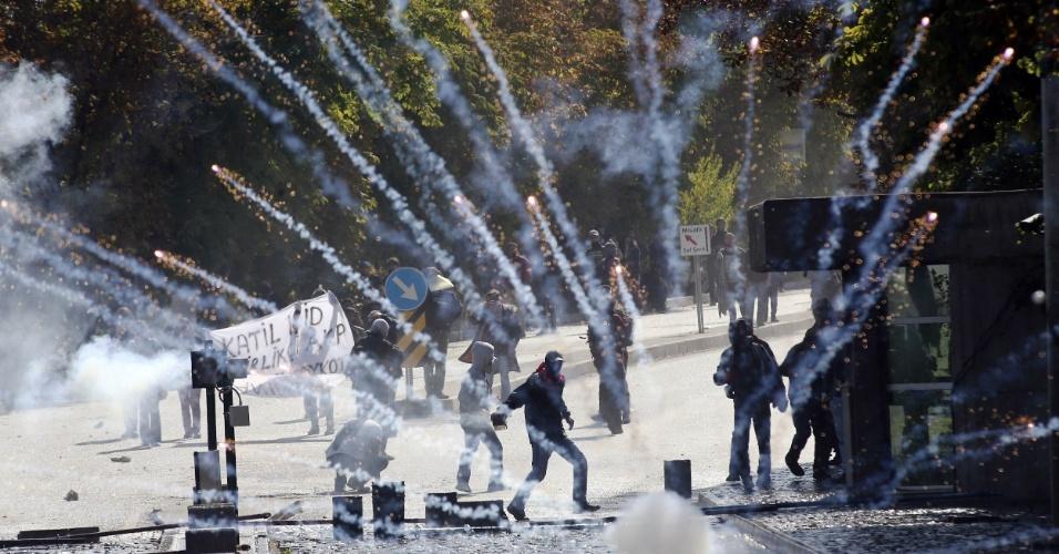 9.out.2014 - Manifestantes entram em confronto com a polícia nos arredores da Universidade Técnica do Oriente Médio, em Ancara, na Turquia. O grupo protestava contra a relutância do governo turco em realizar uma intervenção militar para conter o avanço do Estado Islâmico na cidade síria de Kobani. O primeiro-ministro turco, Recep Tayyip Erdogan, diz que os violentos protestos têm o objetivo de sabotar o frágil processo de paz entre rebeldes curdos e o governo da Turquia