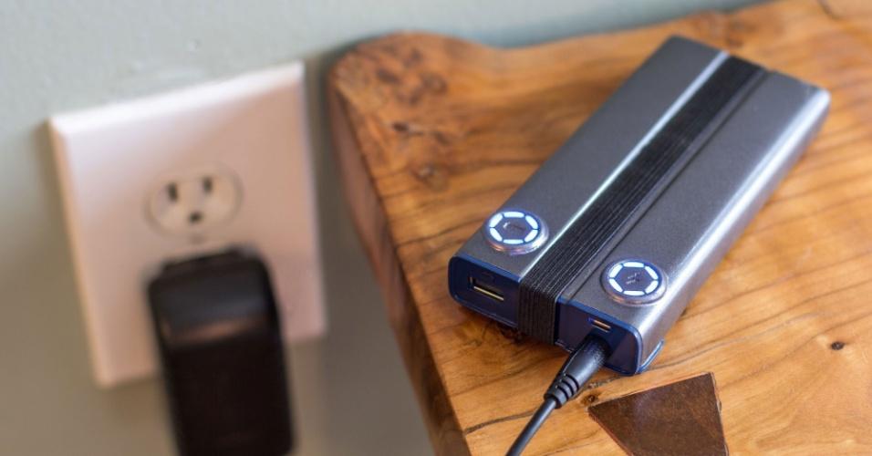 10.out.2014 - A empresa norte-americana Power Practical criou um acessório que promete recarregar a bateria do smartphone em cinco minutos. Chamado Pronto, o recarregador conta com duas versões que são completamente carregadas na tomada após uma hora. No Pronto 5, é possível armazenar energia o suficiente para três cargas de um iPhone 5. Já o Pronto 12, suporta até nove cargas. Os dispositivos pesam, respectivamente, 270 gramas (tem uma porta USB) e 520 gramas (duas portas USB). Eles estão disponíveis na plataforma de financiamento coletivo Kickstarter por US$ 79 e US$ 119