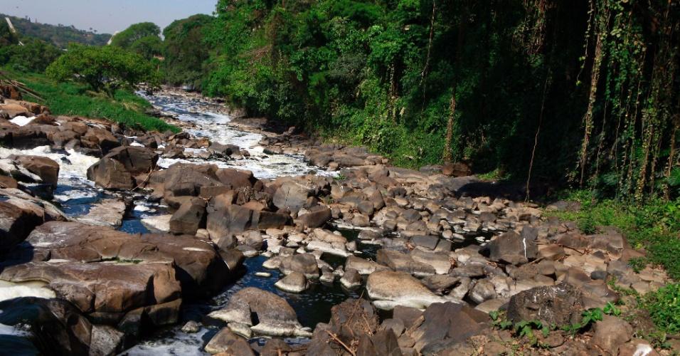 10.out.2014 - A falta de chuvas em São Paulo provoca a redução do volume de água do rio Piracicaba, no interior do Estado, onde é possível ver pedras até então escondidas. Índice de poluição no rio supera em cinco vezes o observado em rios com poluição considerada aceitável