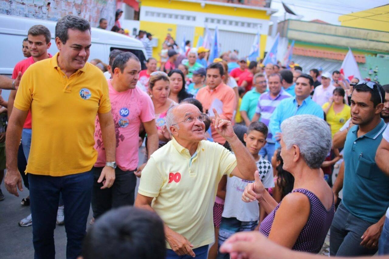 10.out.2014 - O candidato à reeleição ao governo do Amazonas José Melo (PROS) faz caminhada em São Lázaro, bairro de Manaus. Melo faltou ao debate da TV Band que faria na quinta-feira (9) com o candidato Eduardo Braga (PMDB)
