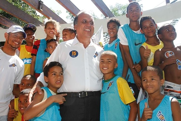 10.out.2014 - O candidato à reeleição ao governo do Estado, Luiz Fernando Pezão, visitou a Cidade de Deus, na zona oeste do Rio de Janeiro