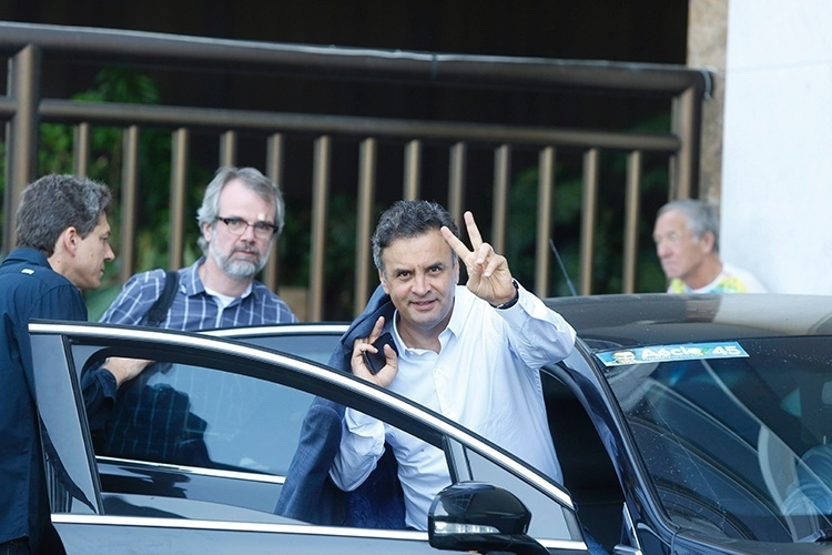 10.out.2014 - O candidato Aécio Neves (PSDB) deixa a sua residência em Ipanema, na zona sul do Rio, para gravação de programa eleitoral nesta sexta-feira