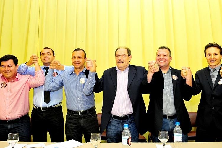 10.out.2014 - O candidato pelo PMDB, José Ivo Sartori, recebeu o apoio oficial do PRB na campanha do segundo turno. A decisão foi tomada em uma reunião de lideranças do partido, realizada em um hotel no centro de Porto Alegre