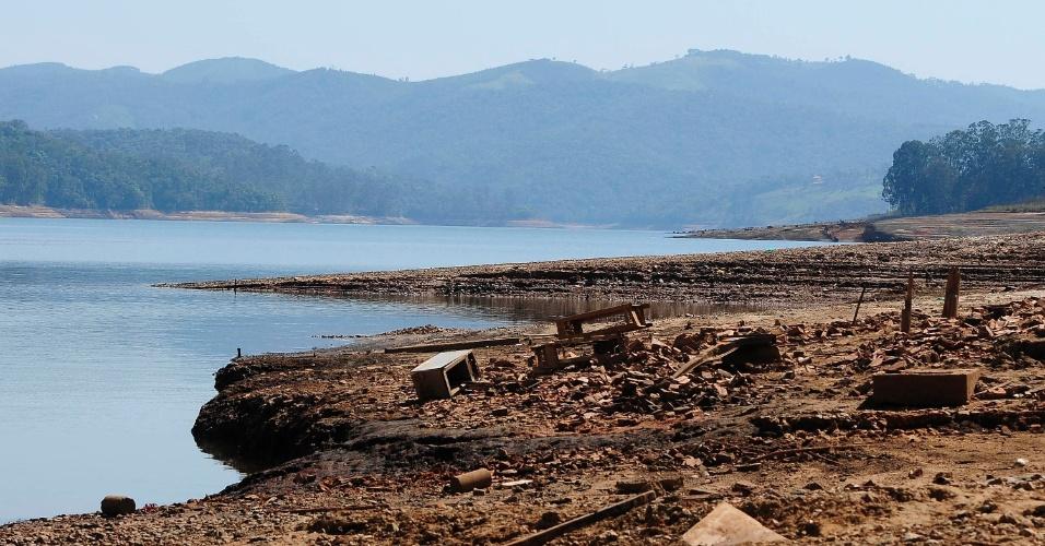 10.out.2014 - Seca deixa visível o leito da represa Atibainha, do Sistema Cantareira, em Nazaré Paulista, no interior de São Paulo. O nível da represa atingiu menos de 1,5% de sua capacidade total