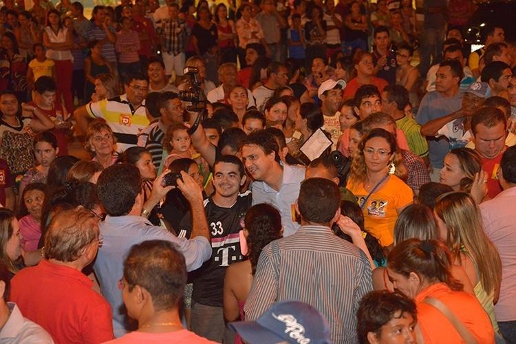 9.out.2014 - O candidato ao governo do Ceará pelo PT, Camilo Santana, visitou e realizou uma carreata no município de Aracati