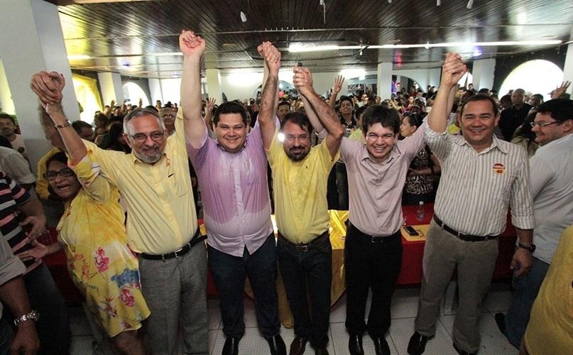 9.out.2014 - O candidato Camilo Capiberibe (PSB) recebe o apoio dos senadores Randolfe Rodrigues (PSOL), João Capiberibe (PSB) e do senador eleito Davi Alcolumbre (DEM) durante ato político em um hotel em Macapá