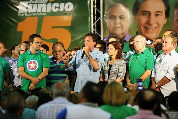 9.out.2014 - O candidato do PMDB, Eunício Oliveira, reuniu-se com lideranças políticas e militantes no comitê central em Fortaleza para orientar sobre as estratégias de campanha do segundo turno