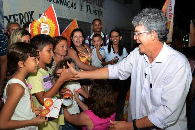 9.out.2014 - O governador e candidato à reeleição Ricardo Coutinho (PSB) participou da primeira caminhada pela campanha do segundo turno nas ruas do bairro Tibiri 2º, em Santa Rita