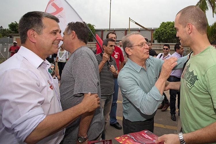 9.out.2014 - O governador e candidato à reeleição, Tarso Genro, conversa com trabalhadores durante caminhada na cidade de Canoas