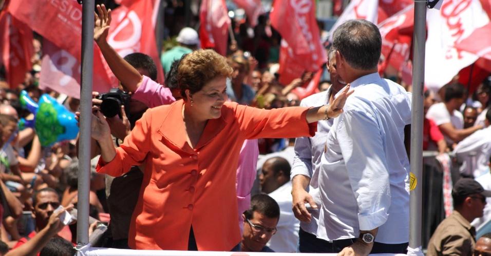 11.out.2014 - Presidente, Dilma Rousseff (PT), candidata à reeleição, participa, neste sábado (11), de caminhada com lideranças políticas em Contagem (MG)