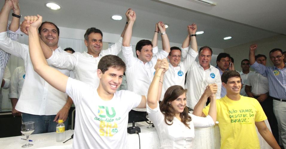 11.out.2014 - Aécio Neves (PSDB), candidato à presidência, faz campanha com filhos (frente) do ex-governador Eduardo Campos, neste sábado (11), em Recife (PE).