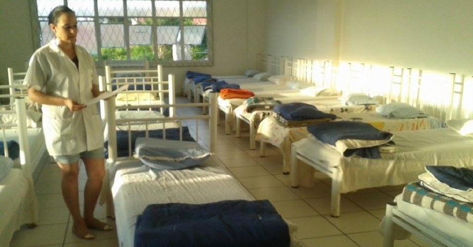 12.out.2014 -  A psicóloga Fabiana Fauth Ferreira, 37, mostra quarto coletivo no albergue noturno