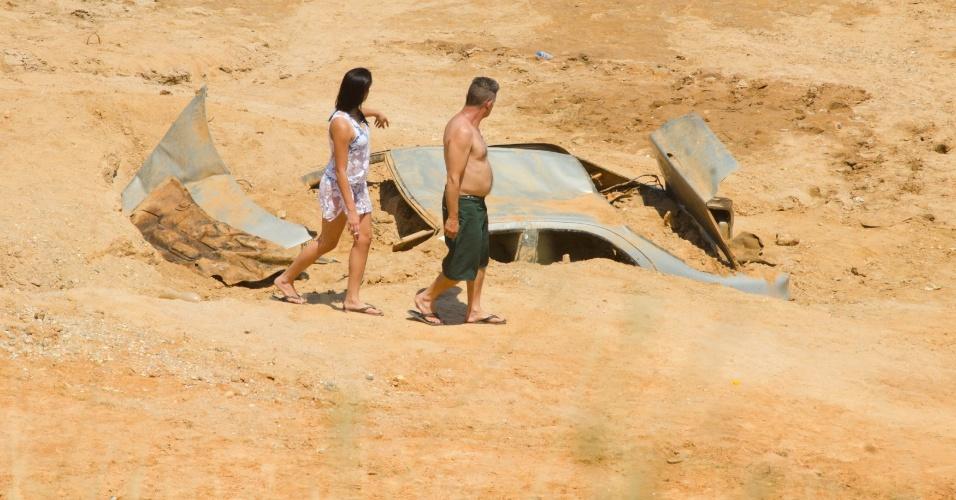 12.out.2014 - A seca que atinge a Represa Jaguarí, em São José dos Campos faz aparecer diversas carcaças de carros. O nível do Sistema Cantareira caiu para 4,8% de sua capacidade neste domingo, 0,2 ponto porcentual abaixo do índice registrado ontem e novo recorde negativo