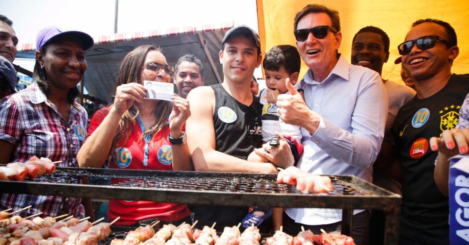 12.out.2014 - Candidato ao governo fluminense, o senador Marcelo Crivella (PRB) fez campanha de rua na feira de Campo Grande neste domingo (12), no Rio de Janeiro