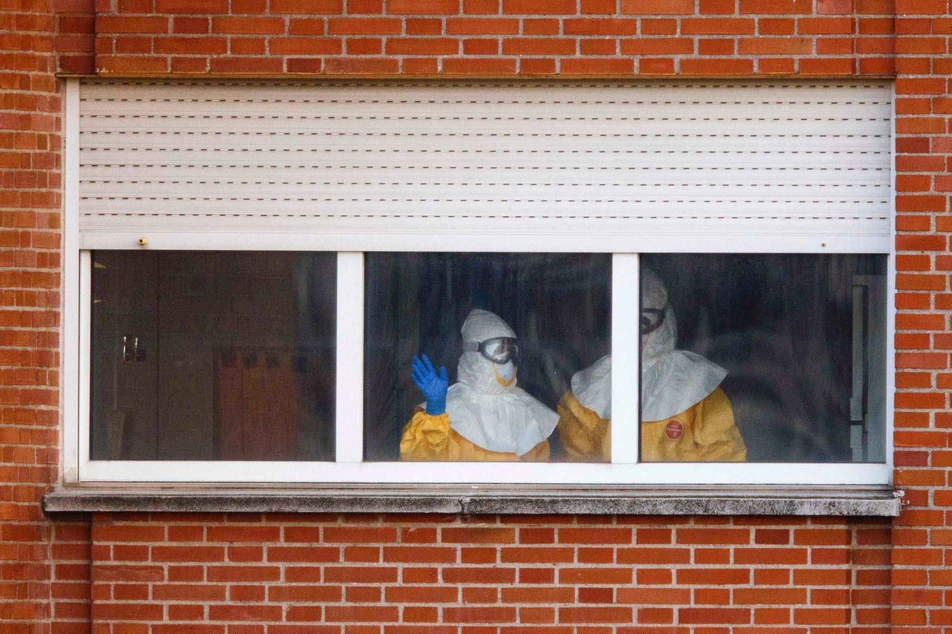 12.out.2014 - Funcionários da área de saúde da Espanha utilizam traje especial de proteção contra o ebola em local de isolamento de pessoas que tiveram contato com a espanhola infectada. Neste domingo (12), autoridades da Espanha viram sinais de esperança no caso da enfermeira com o vírus