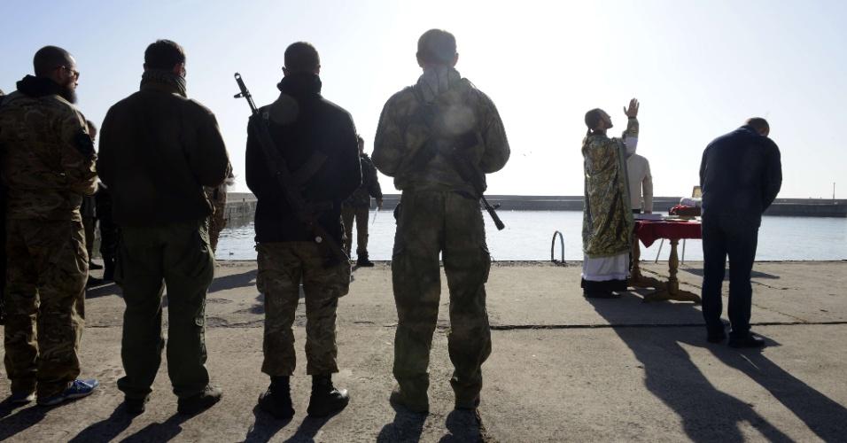 12.out.2014 - Neste domingo (12), integrantes de um batalhão ucraniano acompanharam uma missa em Mariupol, no leste do país. A tensão na região deve diminuir depois que o presidente russo, Vladimir Putin, ordenou a retirada das tropas de seu país da fronteira com a Ucrânia