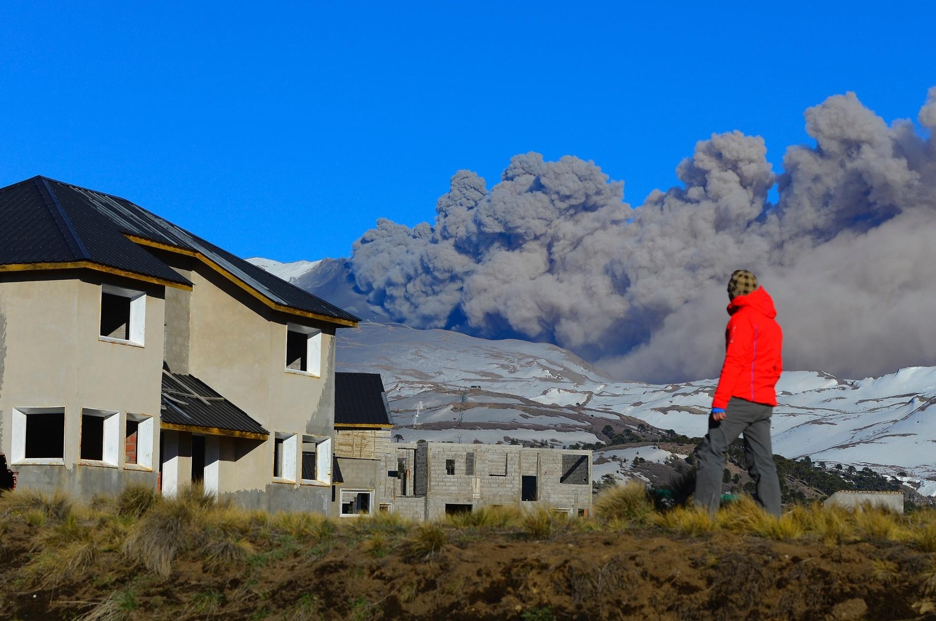 12.out.2014  -Pessoa observa fumaça expelida pela cratera do vulcão Copahue, no Chile.Autoridades do país reforçaram o monitoramento do vulcão, localizado na fronteira com a Argentina, devido ao aumento da atividade - mas a região ainda não precisou ser esvaziada