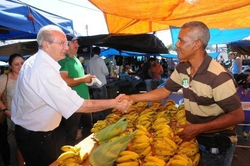 11.out.2014 - Em visita ao Gama, o candidato ao governo do Distrito Federal Jofran Frejat (PR) cumprimenta feirantes