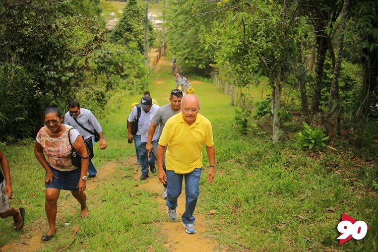 11.out.2014 - O candidato à reeleição, o governador José Melo (PROS), participa de caminhada na Comunidade Nossa do Livramento, em Manaus
