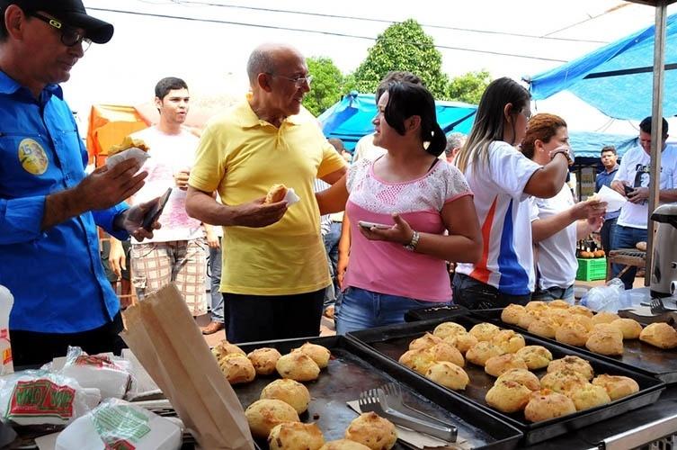 11.out.2014 -  O governador e candidato à reeleição pelo PMDB, Confúcio Moura, visitou feira livre e conversou com moradores da cidade de Cacoal, conhecida como a cidade do café