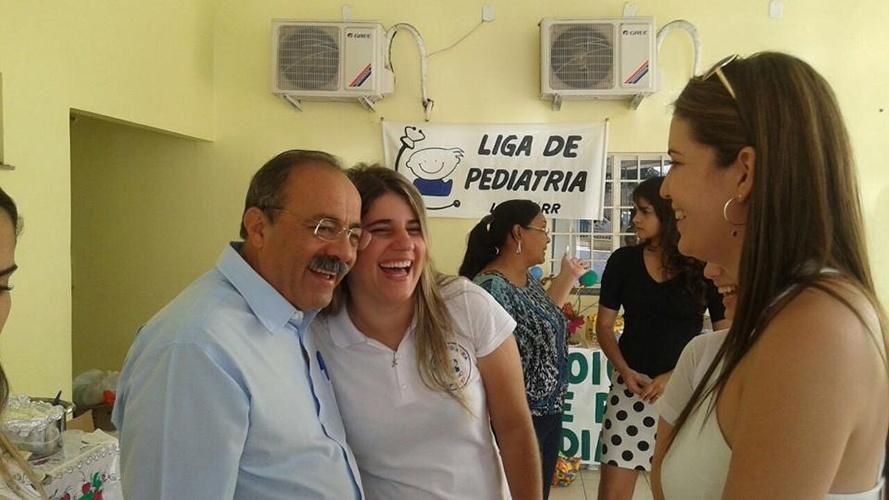 12.out.2014 - Chico Rodrigues, candidato pelo PSB ao governo estadual, participa de evento beneficente em um abrigo infantil junto com estudantes de medicina da UFRR (Universidade Federal de Roraima), em Boa Vista