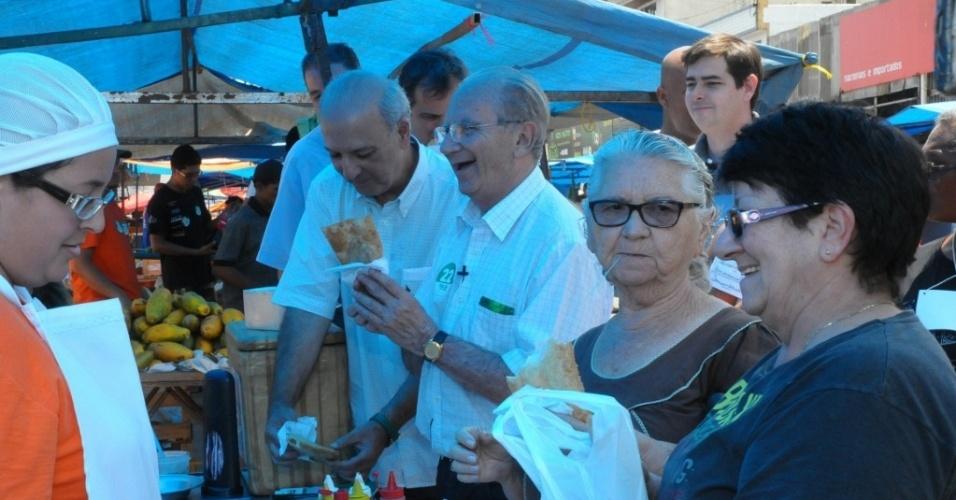 12.out.2014 - Jofran Frejat (PR), candidato ao governo do DF, faz caminhada na Feira do Bicalho, em Taguatinga, na manhã deste domingo, ao lado do ex-governador José Roberto Arruda (à esq.)