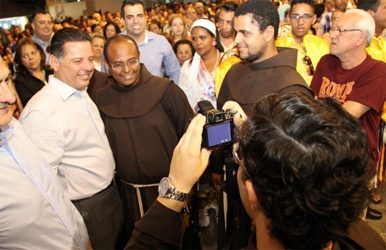 12.out.2014 - O atual governador de Goiás e candidato à reeleição, Marconi Perillo (PSDB), tira foto com religiosos durante celebração da Festa da Irmandade de Nossa Senhora do Rosário, na cidade de Catalão
