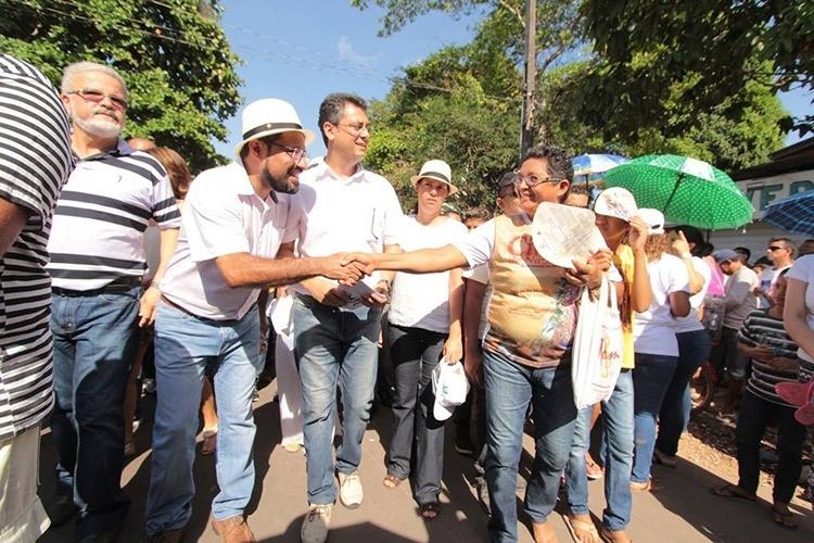 12.out.2014 - O candidato ao governo Camilo Capiberibe (PSB) cumprimenta popular durante procissão do Círio de Nazaré, em Macapá