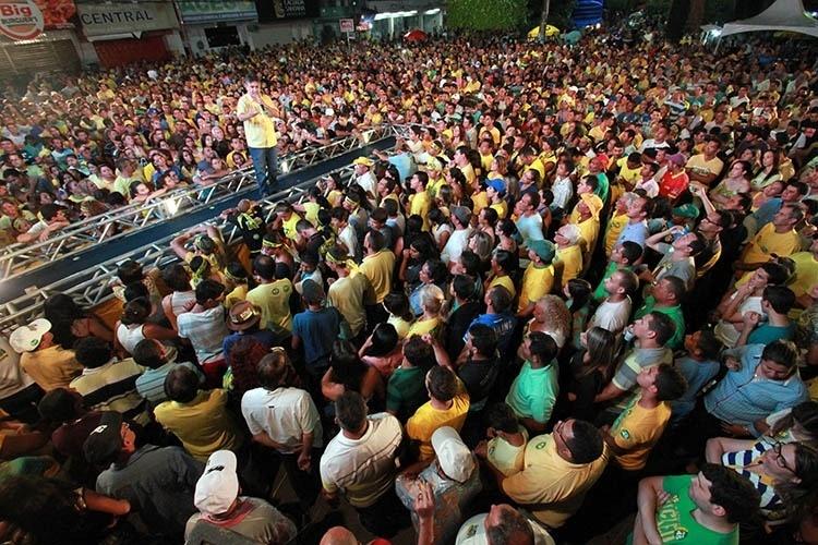 12.out.2014 - O candidato Cássio Cunha Lima (PSDB) reuniu prefeitos, ex-prefeitos, vereadores e lideranças em comício na cidade de Guarabira, localizada à 98 km da capital João Pessoa