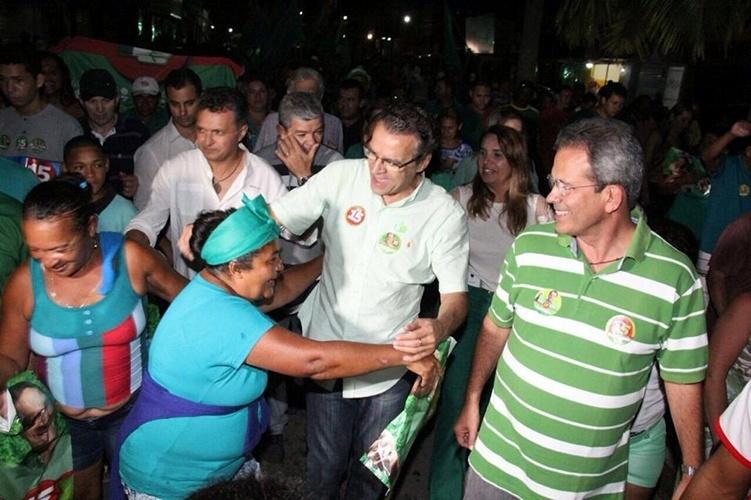 12.out.2014 - O candidato do PMDB ao governo do Rio Grande do Norte, Henrique Alves, abraça eleitora durante ato política na cidade de São José de Mipibu, localizada à 30 km de Natal