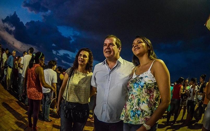 12.out.2014 - O governador e candidato à reeleição, Tião Viana (PT), tira foto com populares em visita a Gameleira, parte centro histórico de Rio Branco, durante celebração do Círio de Nazaré