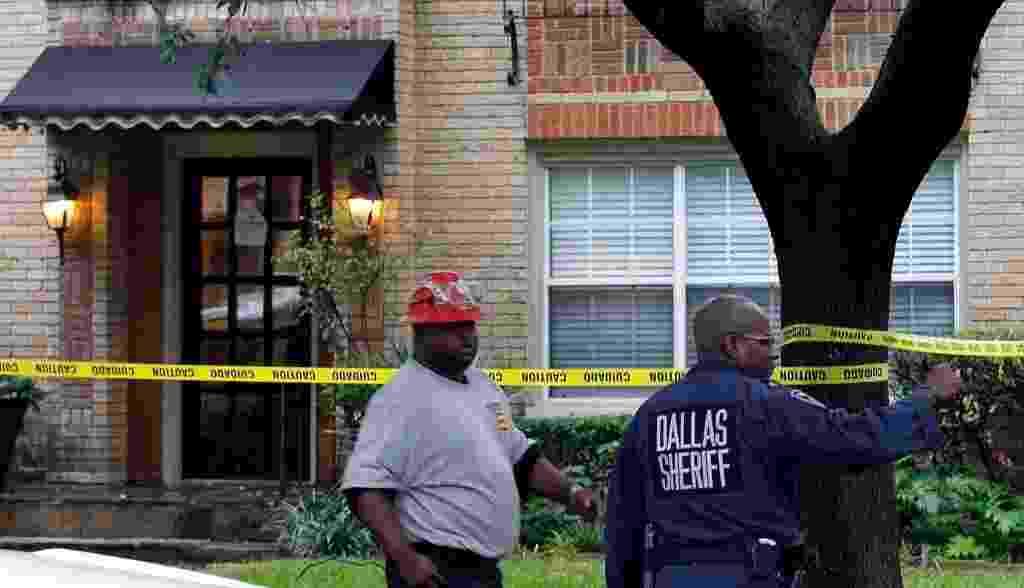 13.out.2014 - A casa da enfermeira diagnosticada com o vírus ebola, em Dallas, Texas (EUA), foi isolada por policiais nesta segunda-feira (13). Os Estados Unidos confirmaram no domingo o primeiro caso de ebola contraído no país. A enfermeira é funcionária do Hospital Presbiteriano de Dallas, local onde foi tratado o liberiano Thomas Eric Duncan - vítima do Ebola que morreu na última quarta-feira (8) - Mike Stone / Getty Images / AFP
