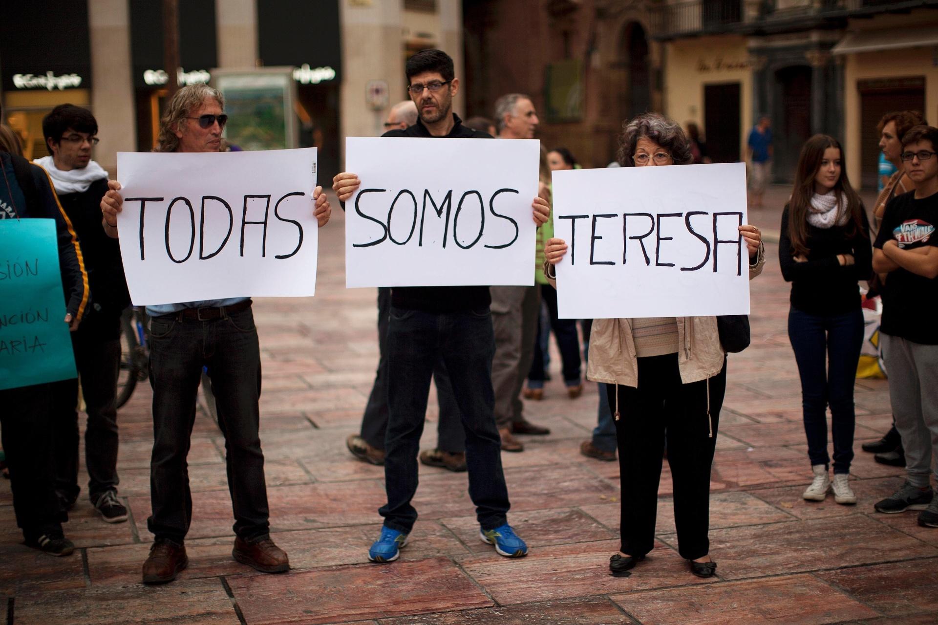 13.out.2014 - Espanhóis seguram cartazes durante manifestação chamada de movimento